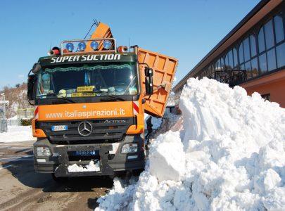 Aspirazione neve con camion aspiratore