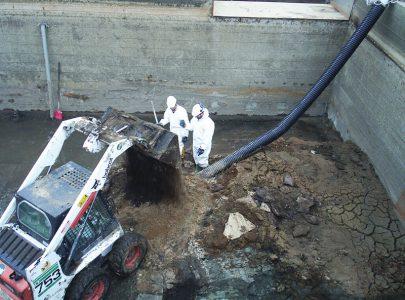 Pulizia vasca depurazione con escavatore a risucchio